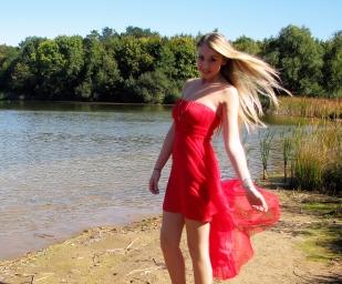#lac #portrait #rouge #robe #mouvement